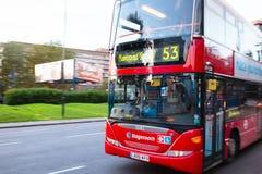 Londyńska ruch drogowy scena z ruszać się Dwoistego Decker autobus Zdjęcie Stock