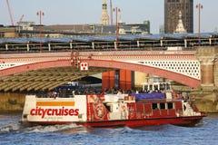 Londyńska wycieczki turysycznej łódź na Thames rzece Zdjęcia Stock
