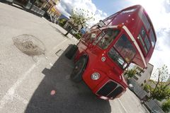 Londyński autobus w Belluno, podczas Bitelsi dni obraz stock