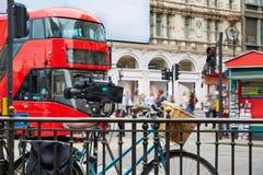 Londyński Autobusowy Piccadilly cyrk w UK fotografia stock