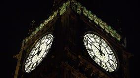 Londyński Big Ben zbliżenie nocą, Elisabeth wierza zegar, punkt zwrotny w UK 4K zdjęcie wideo