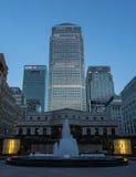 Londyński Docklands widok - Canary Wharf HSBC Citi fontanna Zdjęcia Stock