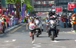 Londyński maraton Fachowy szybkobiegacz przyjeżdża pierwszy w Canary Wharf london wielkiej brytanii Zdjęcia Royalty Free