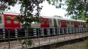 Londyński metra S8 pociąg przechodzi obok na metropolita linii zbiory