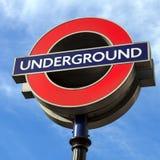 Londyński metro znak przeciw niebieskiemu niebu Obraz Stock