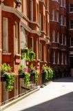 Londyński miasto, Anglia/: Czerwoni ceglani domy w Westminister ulicie fotografia stock