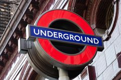 Londyński miasto, Anglia/: Metro znak blisko Big Ben w Westminister zdjęcie stock