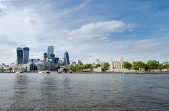 Londyński miasto, Anglia/: Miasta linia horyzontu blisko wierza most zdjęcia stock