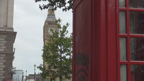 Londyński miasto widok z Telefoniczny budka Big Ben zegarem w tle i zbiory