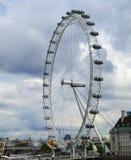 Londyński oka Ferris koło Chmurzy dzień w Anglia Fotografia Royalty Free
