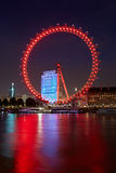 Londyński oko, ferris koło, iluminujący w czerwieni przy nocą Fotografia Royalty Free