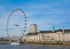 Londyński oko z niebieskim niebem w słonecznym dniu Obrazy Stock