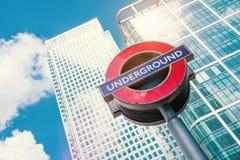 Londyński podziemny metro znak przed nowożytnym biurowym buildin Obraz Stock