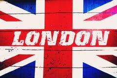 Londyński tekst na starej projektującej grunge brytyjskiej flaga royalty ilustracja