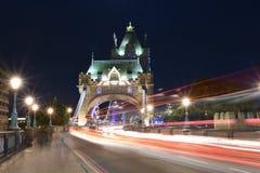 Londyński UK, Majestatyczny wierza most przy nocą z lekkimi śladami autobus, i samochody, artystyczny długi ujawnienie nocy strza Zdjęcia Stock