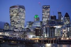 Londyński urzędu miasta budynek i wierza most na Listopadzie 18, 2016 w Londyn, UK Urzędu miasta budynek niezwykłego, bączastego  Zdjęcia Stock