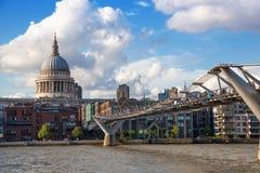Londyński widok od Thames rzeki, miasto Londyn i St Paul katedra obrazy stock