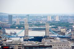 Londyński widok z wierza mostem wewnątrz na chmurnym dniu obraz royalty free