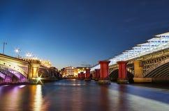 Londyński wieczór pejzaż miejski z starymi i nowymi mostami Obrazy Royalty Free