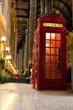 Londyńskiego symbolu czerwony telefonu pudełko w iluminującej ulicie obrazy royalty free