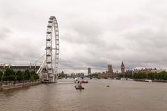 Londyńska linia horyzontu na chmurnym dniu fotografia royalty free