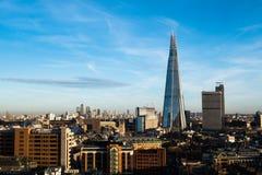 Londyńska linia horyzontu z Canary Wharf w tle i czerepem Zdjęcia Stock