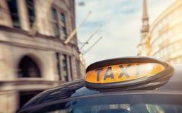 Londyński czarny taxi taksówki znak na ulicie, UK Zdjęcie Stock
