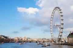 Londyński oko na Rzecznym Thames Londyn, Anglia UK linia horyzontu zdjęcia stock