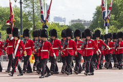 Londyn Anglia, Czerwiec, - 01, 2015: Brytyjscy Królewscy strażnicy wykonują th Zdjęcie Royalty Free