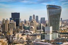 Londyn, Anglia - Deponuje pieniądze okręgu i Canary Wharf drapaczy chmur Obraz Stock