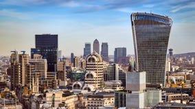 Londyn, Anglia - Deponuje pieniądze okręgu i Canary Wharf dwa leadin Zdjęcie Royalty Free