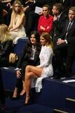 LONDYN ANGLIA, GRUDZIEŃ, - 02: Jessie artykuły i Millie Mackintosh uczęszczamy 2014 Victoria's Secret pokazu mody (L) Zdjęcie Royalty Free