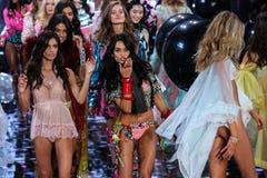 LONDYN ANGLIA, GRUDZIEŃ, - 02: Modele podczas 2014 VS pokazu mody finał Zdjęcia Stock