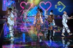 LONDYN ANGLIA, GRUDZIEŃ, - 02: Piosenkarz Ariana Grande wykonuje gdy wzorcowy Bregje Heinen chodzi pas startowego Zdjęcia Royalty Free