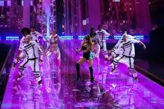 LONDYN ANGLIA, GRUDZIEŃ, - 02: Piosenkarz Ariana Grande wykonuje przy rocznym Victoria's Secret pokazem mody Fotografia Stock