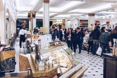 Londyn Anglia, Kwiecień, - 4, 2017: Harrods wydziałowego sklepu interi Zdjęcia Royalty Free