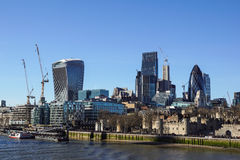 LONDYN ANGLIA, KWIECIEŃ, - 25: ` korniszonu ` między dwa drapaczami chmur w budowie w mieście Londyn na Maju 25 Obrazy Stock