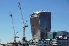 LONDYN ANGLIA, KWIECIEŃ, - 25: ` korniszonu ` między dwa drapaczami chmur w budowie w mieście Londyn na Maju 25 Zdjęcia Royalty Free