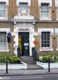 Londyn Anglia, Listopad, - 03, 2017: Ruchu drogowego warden opuszcza centre budynek w królewiątkach krzyżuje drogowego London his Zdjęcie Royalty Free