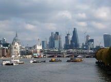 Londyn Anglia, Listopad, - 03, 2017: Rzeczne barki na Thames Zdjęcie Royalty Free