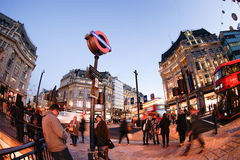LONDYN ANGLIA, PAŹDZIERNIK, - 30, 2015: Oksfordzka ulica na sprzedaż sezonie Zdjęcia Royalty Free