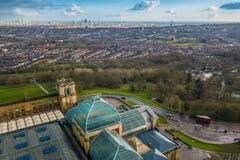 Londyn, Anglia - Powietrzny linia horyzontu widok północny Londyn z czerwonym doulbe decker autobusem, brać od Alexandra parka fotografia royalty free