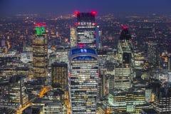 Londyn, Anglia - Powietrzny linia horyzontu widok przy Londyńską ` s sławną dzielnicą biznesu Zdjęcie Stock
