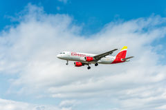 LONDYN ANGLIA, SIERPIEŃ, - 22, 2016: EC-JFH Iberia Aerobus A320 Ekspresowy lądowanie w Heathrow lotnisku, Londyn Obraz Royalty Free