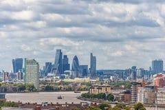 LONDYN ANGLIA, SIERPIEŃ, - 21, 2016: Greenwich Parkowy i Rzeczny Thames, Canary Wharf budynku pejzaż miejski wybrzeża krajobrazu  Zdjęcia Stock