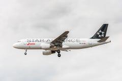 LONDYN ANGLIA, SIERPIEŃ, - 22, 2016: HB-IJO szwajcara Star Alliance liberii linii lotniczych Aerobus A320 lądowanie w Heathrow lo Obrazy Stock