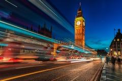 LONDYN ANGLIA, SIERPIEŃ, - 22, 2016: Londyński Big Ben i Westminister most z pałac Westminister Rozmyci ludzie przez długiego Zdjęcie Stock
