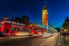 LONDYN ANGLIA, SIERPIEŃ, - 22, 2016: Londyński Big Ben i Westminister most z pałac Westminister Rozmyci ludzie przez długiego Obrazy Stock
