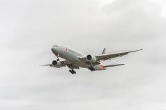 LONDYN ANGLIA, SIERPIEŃ, - 22, 2016: N795AN American Airlines Boeing 777 Ląduje w Heathrow lotnisku, Londyn Zdjęcia Stock