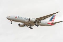 LONDYN ANGLIA, SIERPIEŃ, - 22, 2016: N795AN American Airlines Boeing 777 Ląduje w Heathrow lotnisku, Londyn Obrazy Stock